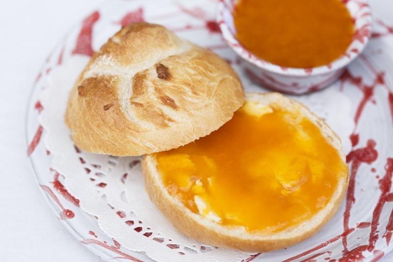 Zum Frühstück: Wachauer Laberl mit Marillenmarmelade